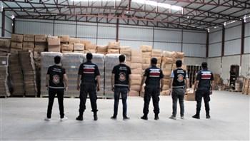 İzmir'de tonlarca sahte içki yakalandı